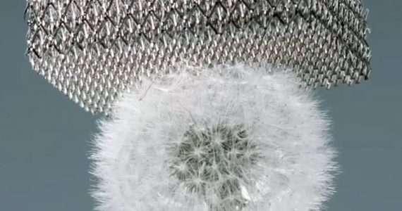 Il metallo più leggero è costituito da un reticolo di rinforzo e molti spazi vuoti: è così leggero da non schiacciare neanche un dente di leone