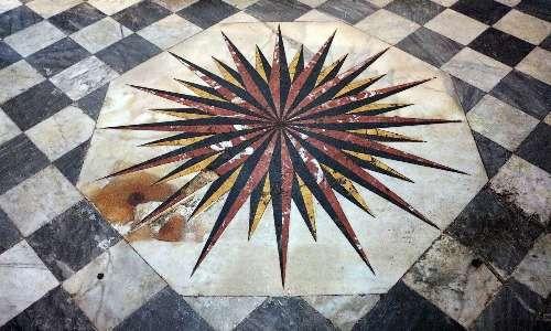 Anche sui pavimenti delle chiese costruite su piccole isole o in zone costiere è spesso presente una rosa dei venti, in questo caso a 32 punte
