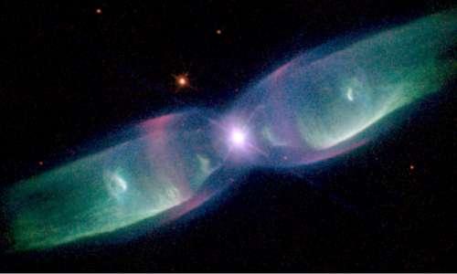 La Nebulosa Anello potrebbe presentare una struttura complessiva tipica delle nebulose bipolari, caratterizzate da un asse di simmetria bilobato.