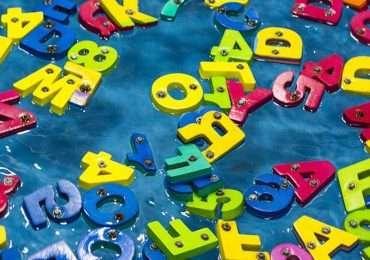 La dislessia genera confusione nel riconoscimento e nella scrittura di lettere e cifre.