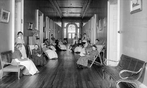 Il movimento antipsichiatrico promosse l'eliminazione di molte pratiche allora condotte, considerate dagli stessi come abusi psichiatrici su persone con disturbo mentale. Foto di un manicomio americano,1904.