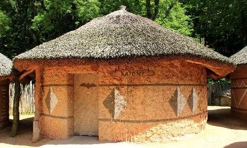 In uno zoo della Repubblica Ceca le specie di pipistrello gigante trovano rifugio in questo tipo di costruzioni.