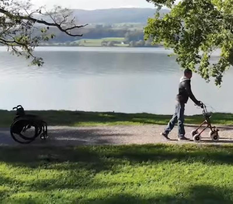 David Mzee ha attivato, attraverso lo smart watch, la stimolazione epidurale e può iniziare a camminare.