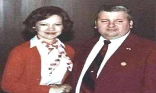 John Gacy, affetto da sociopatia, incontrò la First Lady Rosalynn Carter, la quale firmò la foto con una dedica.