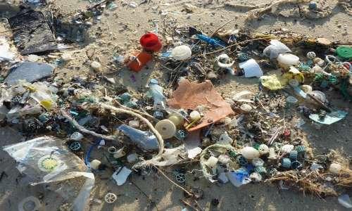 Le isole di plastica si formano con l'accumulo di rifiuti marini.