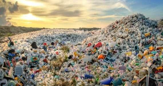 A causa dell'aumento di rifiuti di plastica non riciclata è sempre più comune il fenomeno delle isole di plastica negli oceani di tutto il mondo.