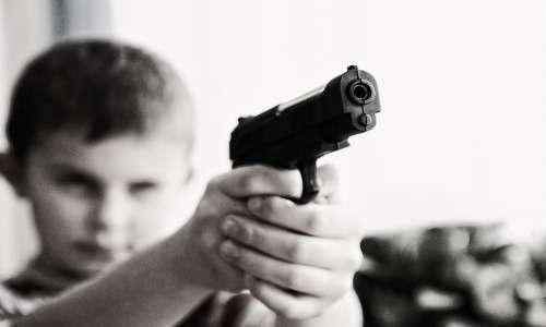 La sociopatia di solito insorge prima di aver compiuto 15 anni, manifestata da un episodio di disturbo della condotta.