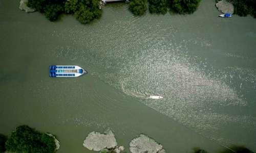 Gli intercettatori di rifiuti di Boyan Slat sfruttano la corrente dei fiumi per ripulirli dai rifiuti prima che raggiungano gli oceani.