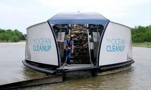 Boyan Slat e il suo team hanno progettato degli intercettatori di rifiuti che rimuovono i rifiuti di plastica dai fiumi prima che si riversino negli oceani.