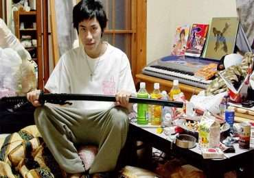 Hikikomori cos'è: l'immagine rappresenta un soggetto rinchiuso nella sua camera.