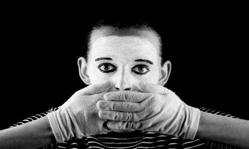"""I soggetti affetti da depersonalizzazione e derealizzazione riferiscono spesso di percepirsi come """" attori della propria vita"""". Questa percezione è dettata dalla perdita di contatto con la realtà."""