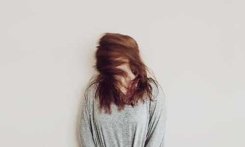 Nei soggetti affetti da depersonalizzazione e derealizzazione, tutto ciò che riguarda l'ambiente esterno e il mondo interno del soggetto, viene percepito come distaccato, separato e inafferrabile.