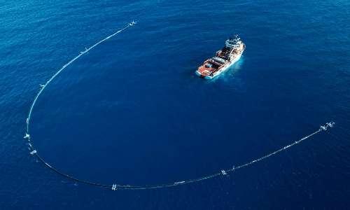 Il System 001 ideato da Boyan Slat sfrutta le correnti oceaniche per ripulire le acque dai rifiuti.