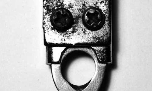 Grazie alla pareidolia è possibile vedere volti familiari in oggetti di uso quotidiano. L'utensile nell'immagine può rappresentarci un volto in preda a stupore.