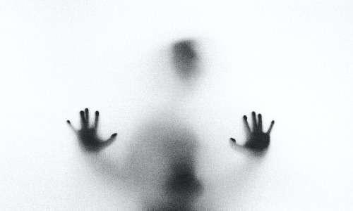 La depersonalizzazione e derealizzazione portano il soggetto affetto a percepirsi estraneo verso se stesso e distaccato nei confronti della realtà circostante.