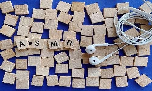 ASMR cos'è? L'utilizzo degli auricolari permette una percezione del suono più distinta e meno dispersiva.