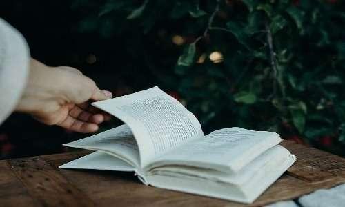 ASMR cos'è? L'utilizzo dei libri per produrre suoni è considerato un trigger ASMR.