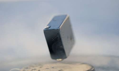 Un superconduttore soggetto alla levitazione magnetica.