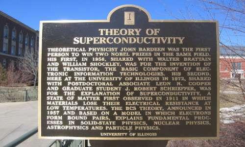Monumento commemorativo a John Bardeem per i suoi studi sui superconduttori.