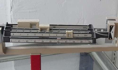 Come si calcola la massa con una bilancia a tre bracci.