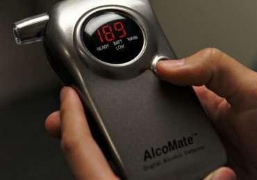 Come funziona l'alcol test: un etilometro analizza la concentrazione di alcol etilico del respiro e ricava la concentrazione nel sangue.