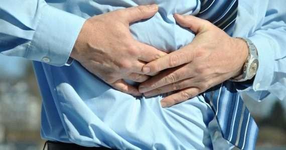 quando fa male il fegato il paziente mette le mani sotto l'arcata costale