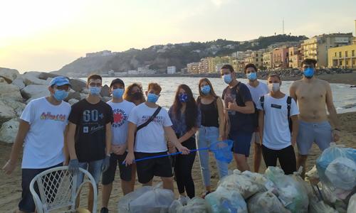 I volontari napoletani che hanno contribuito alla raccolta di rifiuti di Save the Planet.