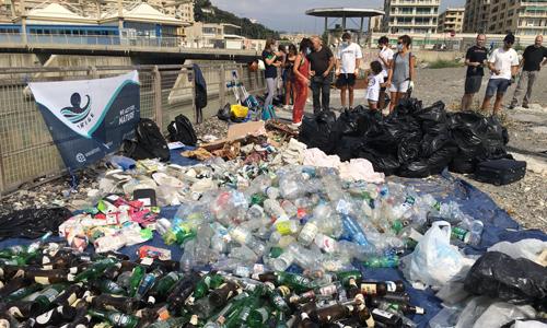 I volontari genovesi che hanno partecipato a Save the Planet, insieme ai molti rifiuti da loro raccolti.
