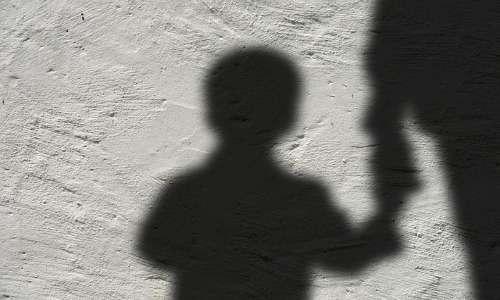 Nella sindrome da alienazione parentale, il genitore alienato subisce comportamenti denigratori da parte del figlio, indottrinati dal genitore alienante.