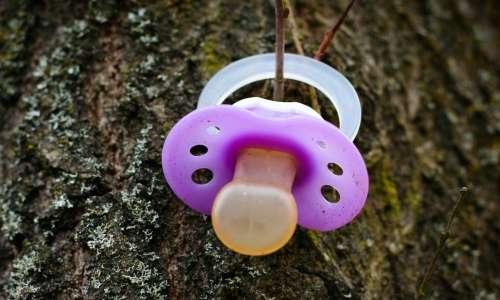 Sindrome della morte in culla: il ciuccio riduce del 90% la morte del neonato.