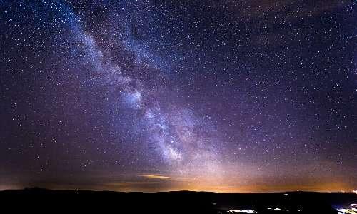 Cos'è una stella? Una stella è un corpo che brilla di luce propria tramite reazione di fusione nucleare.