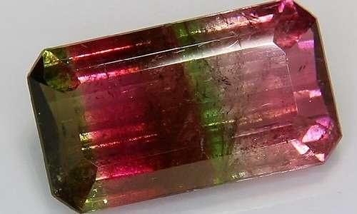 La piezoelettricità è un fenomeno manifestato anche da minerali come la tormalina
