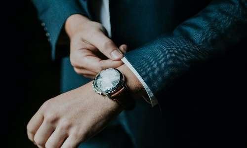 L'uomo vero è colui che indossa giacca e cravatta, un altro imperativo della mascolinità tossica.