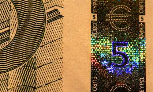 Sulla banconota da 5 euro si trova un ologramma, usato come sistema di anticontraffazione