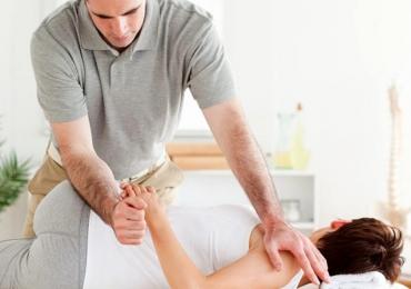 Scrocchiare la schiena può rivelarsi utile e genera un rumore particolare, ma può avere effetti collaterali?