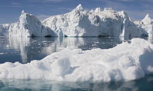 Immagine di una massa di ghiaccio in seguito alla divisione dalla calotta glaciale della Groenlandia