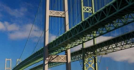 Il ponte di Tacoma è crollato a causa delle oscillazioni indotte dal vento.