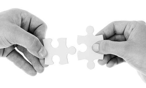 Il nome di Giacomo Rizzolatti viene spesso associato al concetto di empatia. Sebbene siano due sistemi diversi, il circuito dei neuroni specchio è il punto di partenza della capacità di essere empatici.