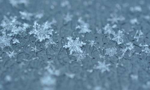 I fiocchi di neve sono aggregati di cristalli di neve, i quali tutti rifrangono più volte la luce apparendo bianchi.