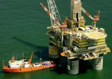 Una piattaforma petrolifera si staglia sul mare: queste strutture causano spesso rumore subacqueo.