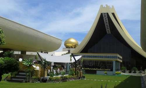 Disequazioni di primo grado spiegazione: cosa sono e metodi di approccio. Immagine dell'Istana Nurul Iman.